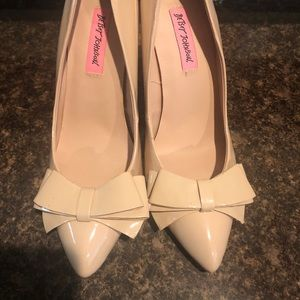 Betsy Johnson Nude Patent Pumps with bow!